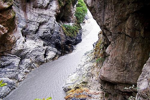 穿行太鲁阁大峡谷