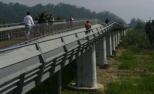 台湾高雄旗山溪地景主题步道桥