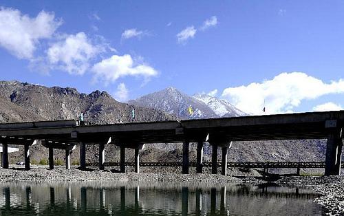 西藏拉萨拉萨河纳金大桥