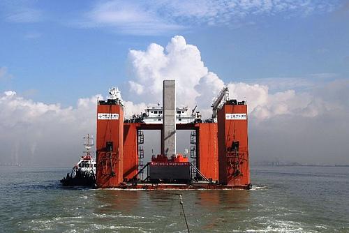 港珠澳大桥首个整体墩台安装成功